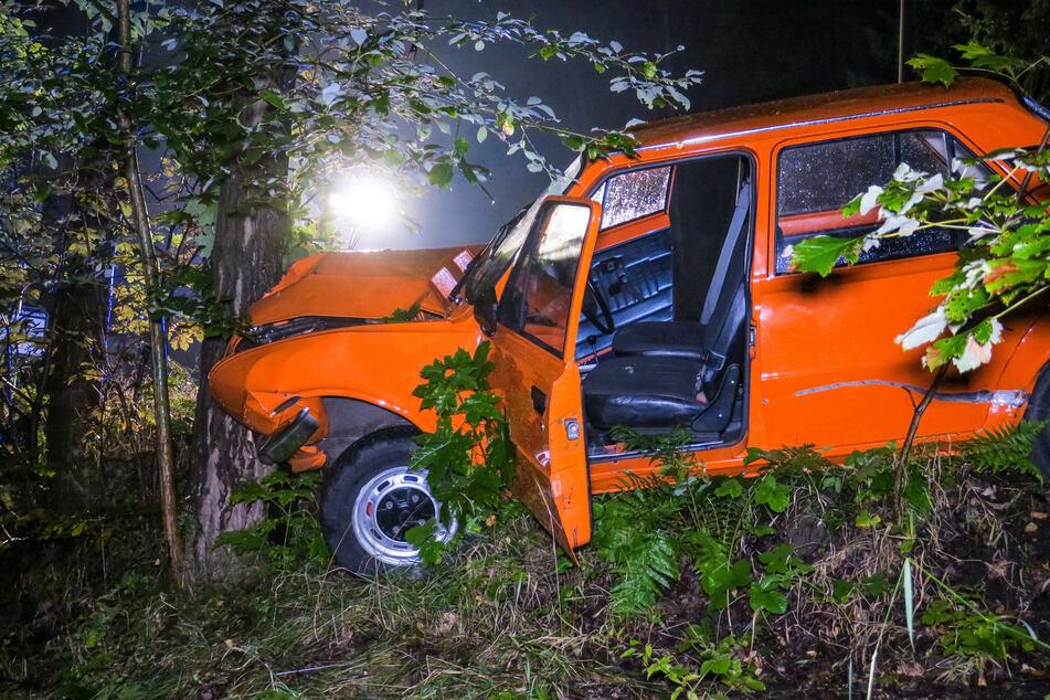 Im erzgebirgischen Raschau-Markersbach krachte ein Skoda 105 S gegen einen Baum. Der Fahrer wurde schwer verletzt.