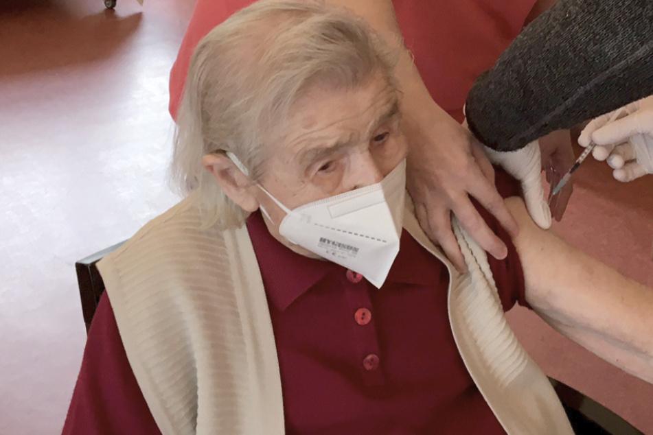 Die 108 Jahre alte Seniorin Hildegard Rau wird in einem Seniorenheim von einem mobilen Impfteam gegen Corona geimpft.