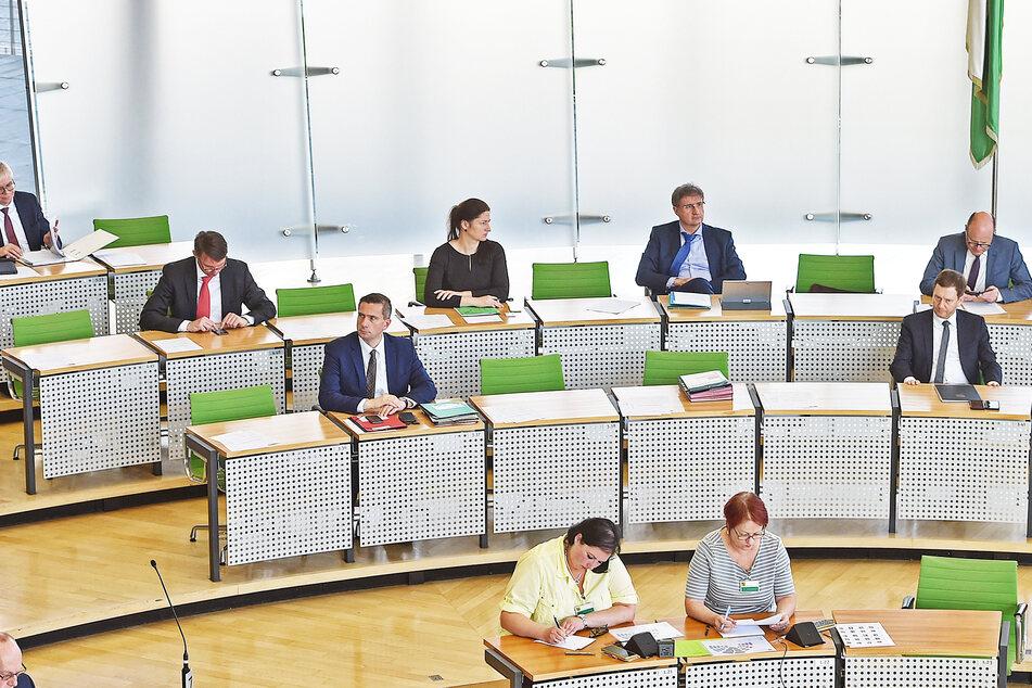 Mit großem Abstand und diesmal auf zwei Reihen verteilten sich die Minister auf der Regierungsbank im Landtag.