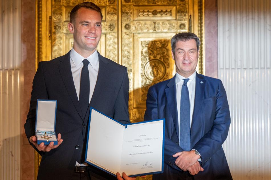 FCB-Torwart Manuel Neuer (35, l.) erhält von Markus Söder (CSU, 54) den Bayerischen Verdienstorden.
