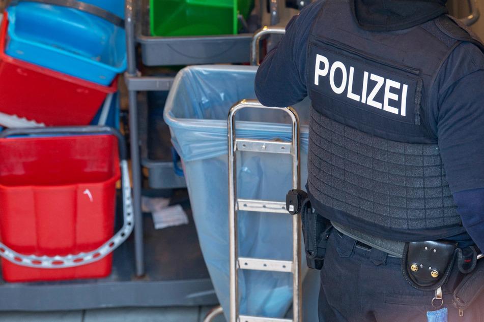 Ein Polizist steht während der Razzia im Lagerraum des Frankfurter Reinigungsunternehmens.