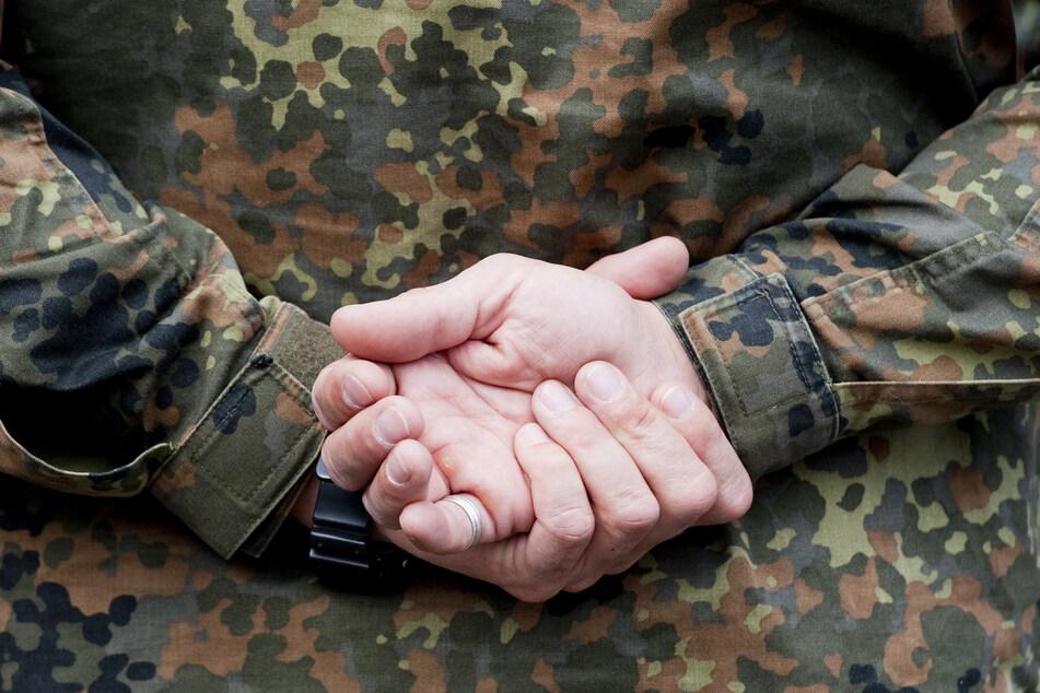 Ein Soldat hält in der Julius-Leber-Kaserne auf einem Übungsplatz seine Hände hinter dem Rücken.