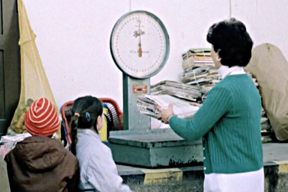 DDR-Bürger konnten ihr gesammeltes Altpapier zu SERO-Annahmestellen bringen und bekamen dafür Geld.