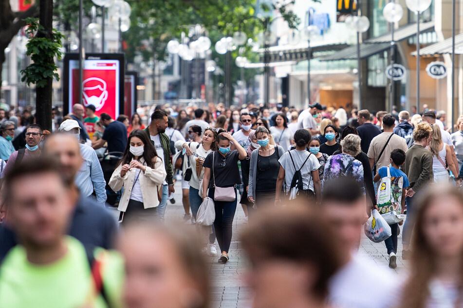 In NRW stecken sich täglich etwa 538 Menschen mit Corona an. (Symbolbild)