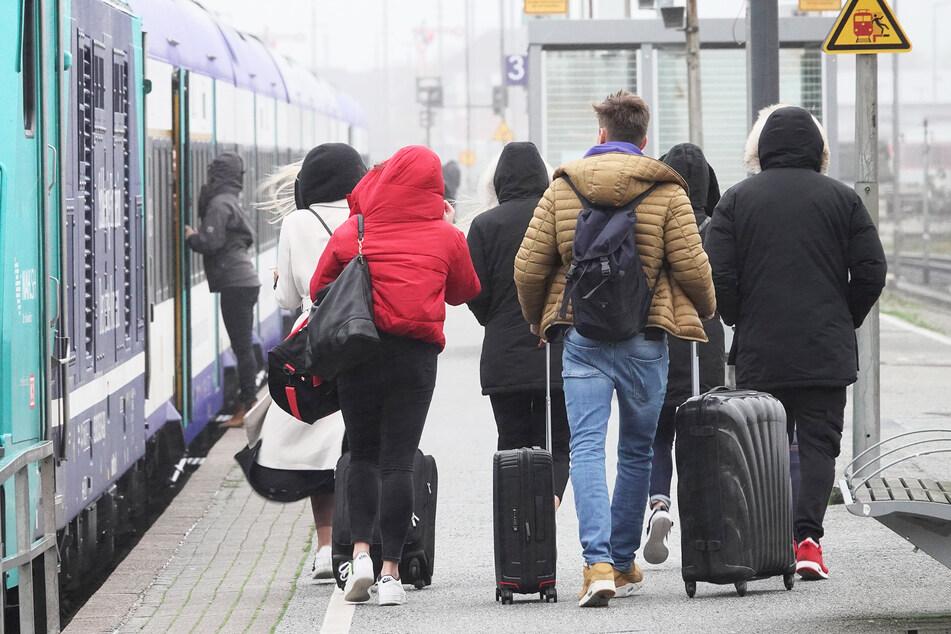 Besucher verlassen die Insel Sylt und gehen zu einem Zug.