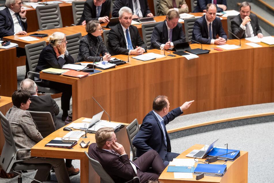 Die AfD-Fraktion im Düsseldorfer Landtag prüft nach eigenen Angaben rechtliche Schritte gegen die Maskenpflicht.