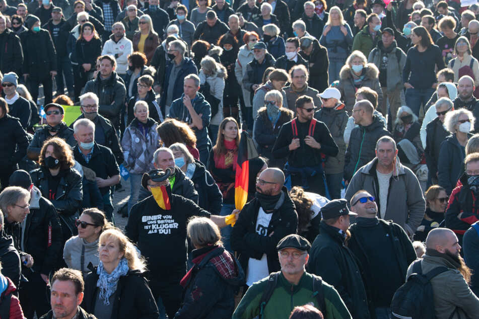 Maskenpflicht und Abstandsregeln? Die Demo-Teilnehmer in Leipzig waren dazu nur sehr vereinzelt bereit.