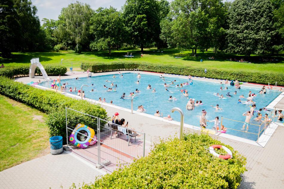 Das Nichtschwimmerbecken im Sommerbad Wilmersdorf. Während der Sommerferien dürfen Kinder bis zwölf Jahre umsonst ins Schwimmbad.