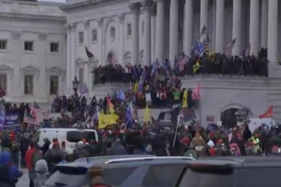 Tausende Menschen versuchen das Kapitol zu stürmen.