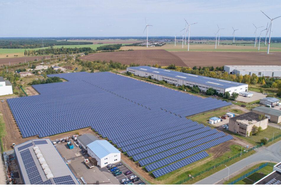 SachsenEnergie betreibt sechs große Solarparks. Der größte davon ist der in Zeithain.
