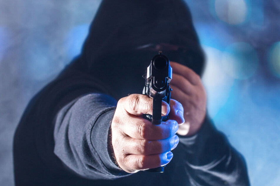 Kioskräuber droht mit Pistole, aber Angestellte reagiert klug