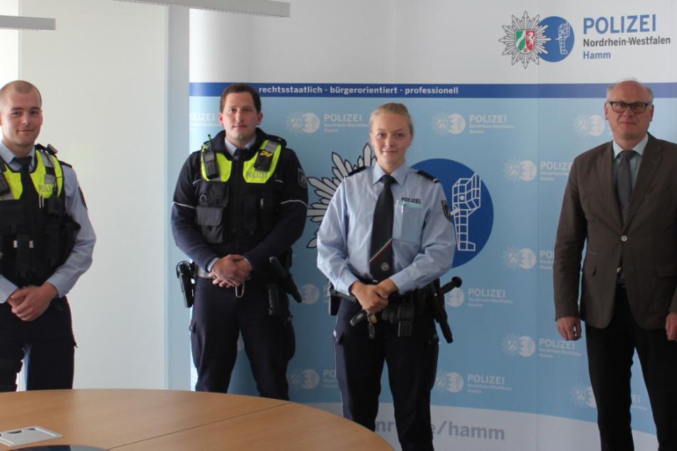 Hamms Polizeipräsident Erich Sievert (2.v.r.) dankte den Polizisten Christopher Rösman, Hendrik Stewing und Sara Große-Budde für ihren Einsatz.