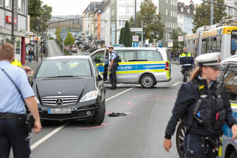 Der 83-Jährige geriet mit seinem Mercedes in den Gegenverkehr und prallte dort gegen einen anderen Mercedes.
