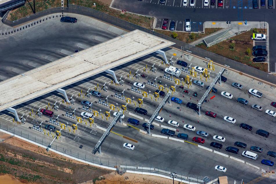Autos stehem am Grenzübergang zwischen von Mexicali (Mexiko) und Calexico (USA).