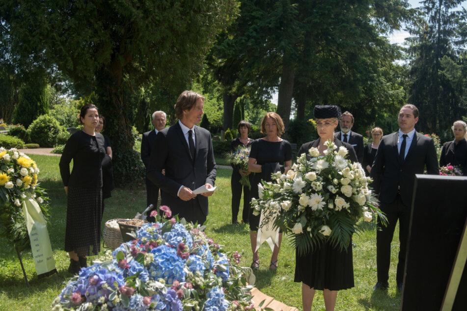 Bei Torbens Beerdigung müssen die Trauergäste den coronabedingten Abstand einhalten.