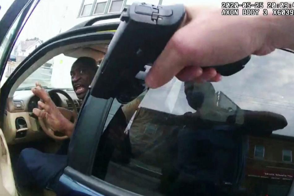 Das Standbild einer Aufnahme von der Körperkamera eines Polizisten zeigt, wie George Floyd am 25. Mai 2020 vor dem Restaurant Cup Foods in seinem Auto sitzt, und eine Waffe auf ihn gerichtet ist.