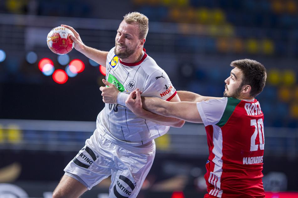Julius Kühn (l, MT Melsungen) setzt sich im Spiel gegen Ungarn gegen Miklos Rosta in Szene.