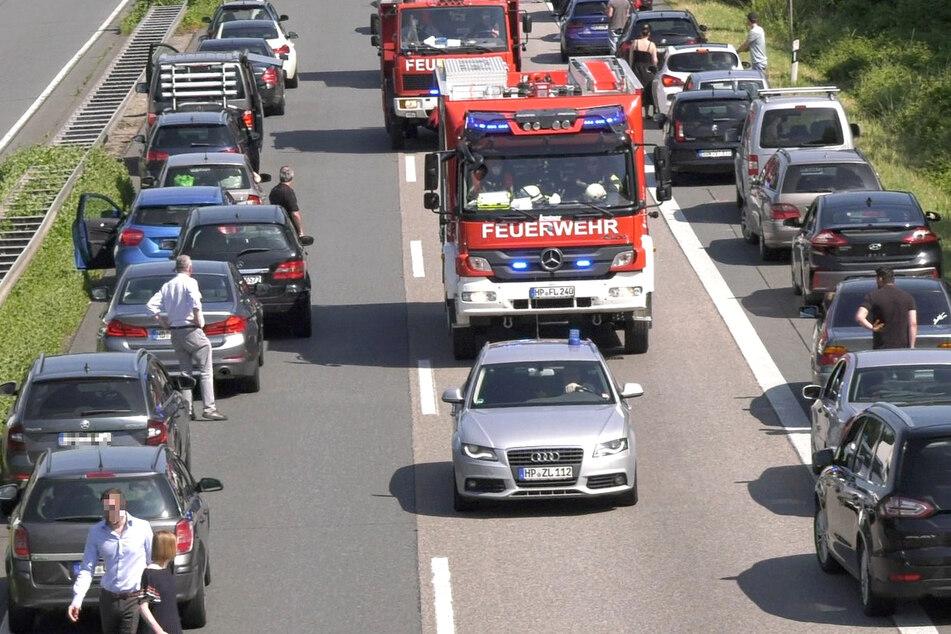 Infolge der Sperrung bildete sich ein langer Stau, die Polizei richtete eine Umleitung über die A5 ein.