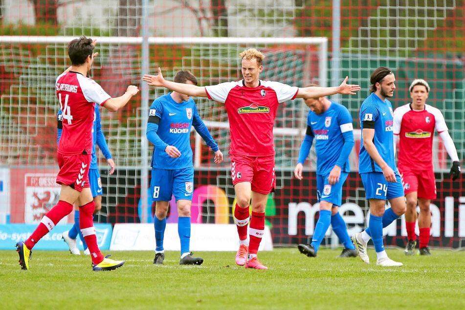 Der SC Freiburg II gewann auch sein Auswärtsspiel beim FC Gießen mit 2:1 und steht weiterhin mit fünf Punkten Vorsprung (bei einer Partie weniger) auf Platz eins.