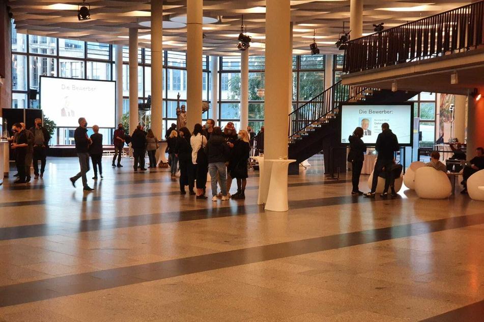 Die ersten Medienvertreter sind in der Chemnitzer Stadthalle eingetroffen.