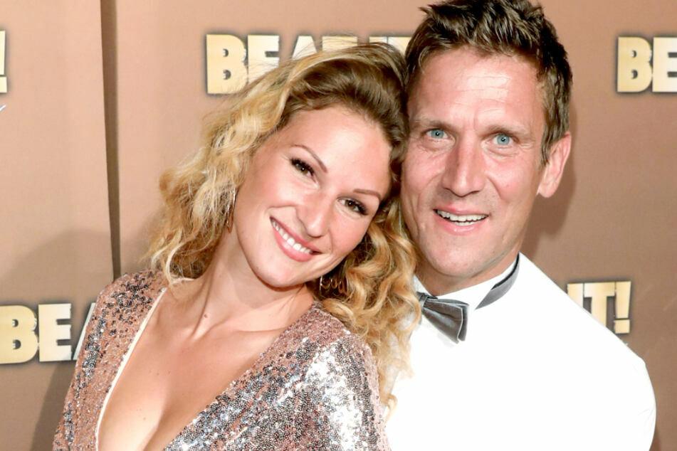 """Janni Hönscheid (30, l.) und Peer Kusmagk (45) lernten sich in der RTL-Show """"Adam sucht Eva"""" kennenlernte"""