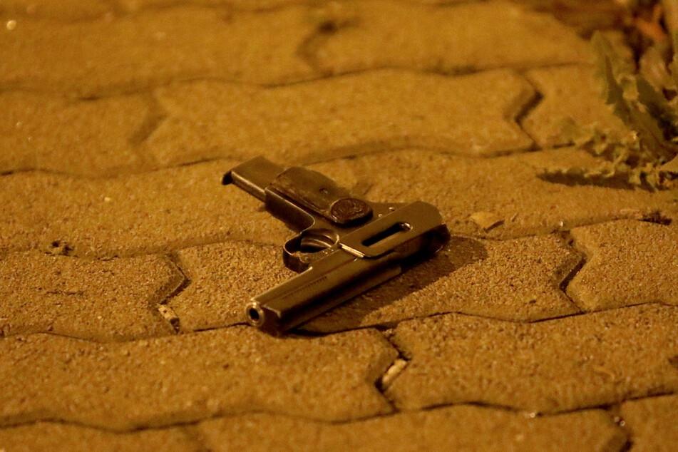 Die Tatwaffe – mit dieser vor dem Haus gefundenen Pistole soll auf ein Opfer geschossen worden sein.