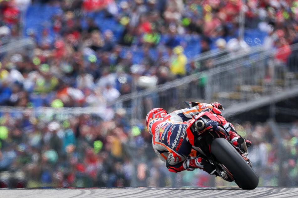 Diesmal wird die Tribüne nicht so aussehen. Noch nie zuvor hatte es auf dem Sachsenring ein MotoGP-Geisterrennen gegeben.