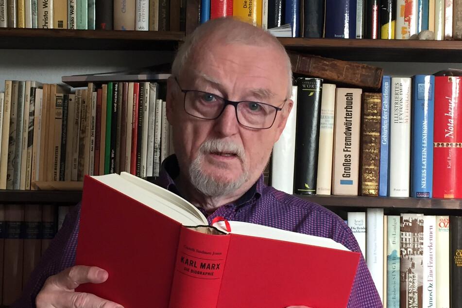 Peter Porsch heute - mit vertrauter Lektüre.