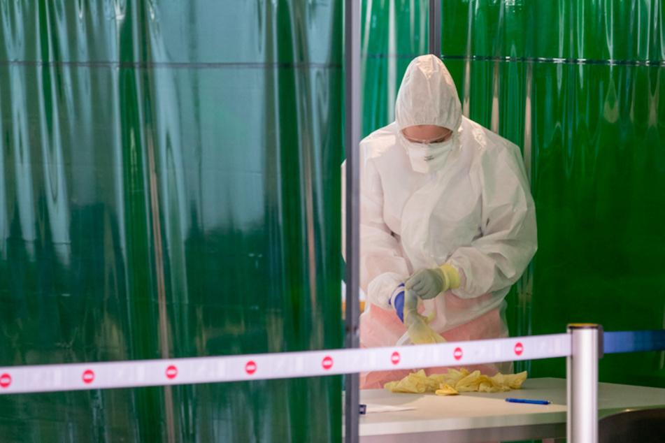 Mitarbeiter des Bayerischen Roten Kreuzes (BRK) bereiten sich für medizinische Untersuchungen vor.