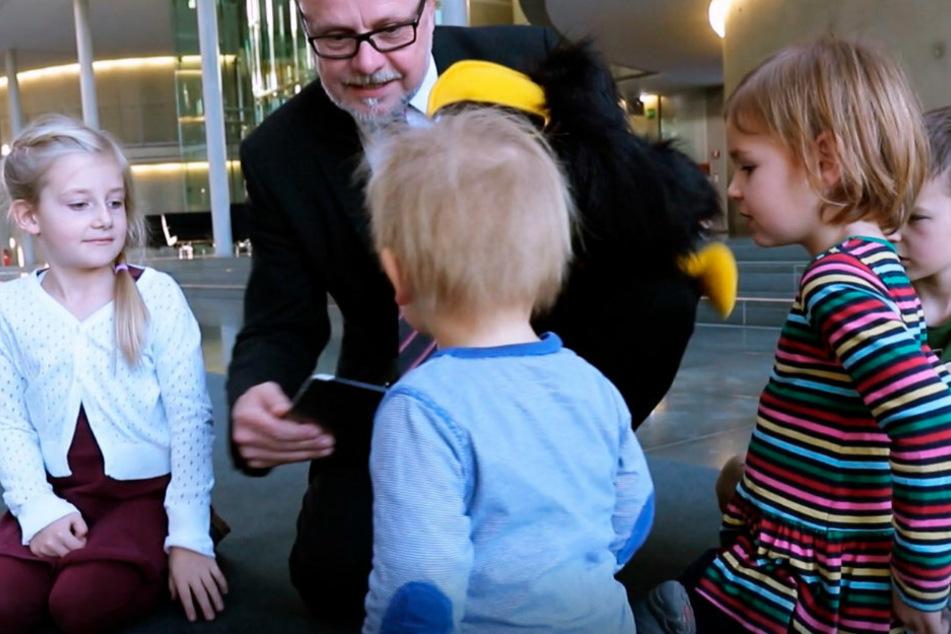 Gespannt lauschen die Kinder den Ausführungen des Politikers.