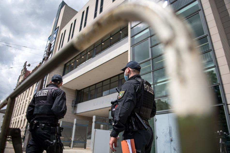 Polizisten stehen vor dem Landgericht Magdeburg.