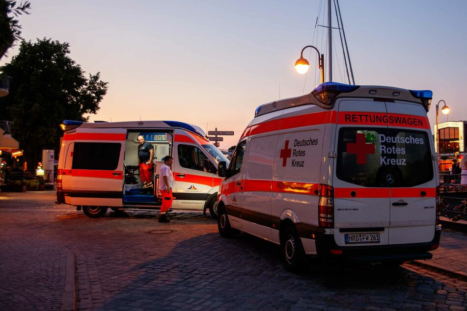 Zwei Rettungswagen versorgten die Männer und brachten sie anschließend in ein Krankenhaus.
