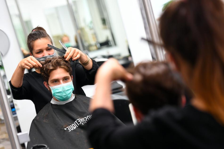 Nach langer Wartezeit dürfen am 1. März wieder Friseure in Bayern öffnen.