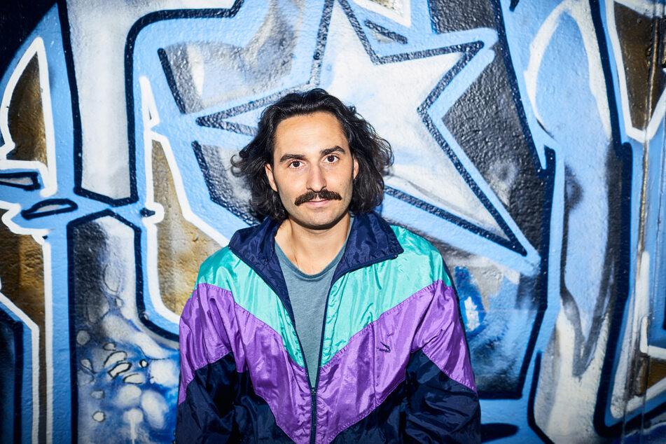 Robert Gaa steht vor einem Graffito. Der Discjockey und Veranstalter ist neuer Nachtbürgermeister in Mannheim.
