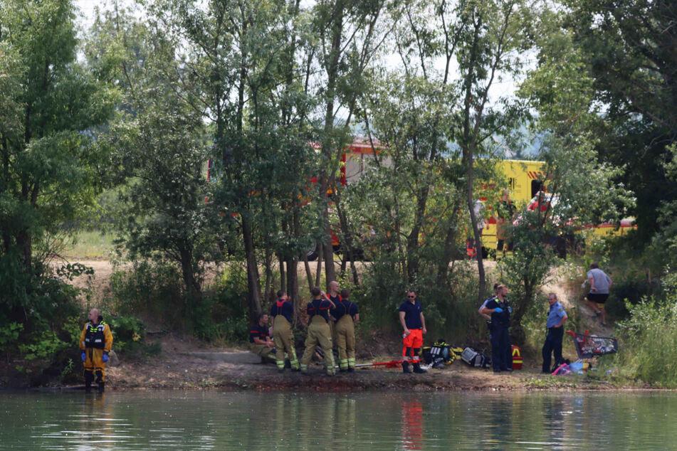 30 Rettungskräfte sind vor Ort. Taucher suchen den Kiessee nach dem verschwundenen Mann ab.