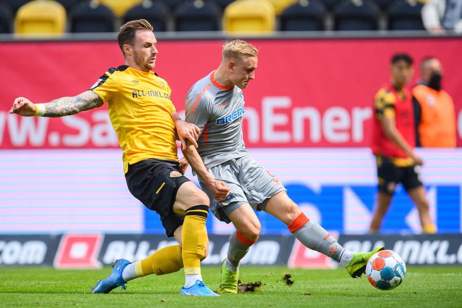 Michael Sollbauer (31, l.) hat den Ball an Kai Pröger (29) verloren und kann das 0:2 nicht mehr verhindern.