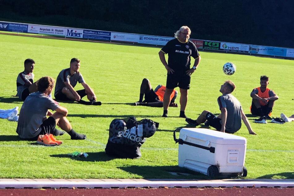 Dynamos Co-Trainer Heiko Scholz (stehend) beobachtete das Jonglieren im Sitzen mit dem Kopf ganz genau.