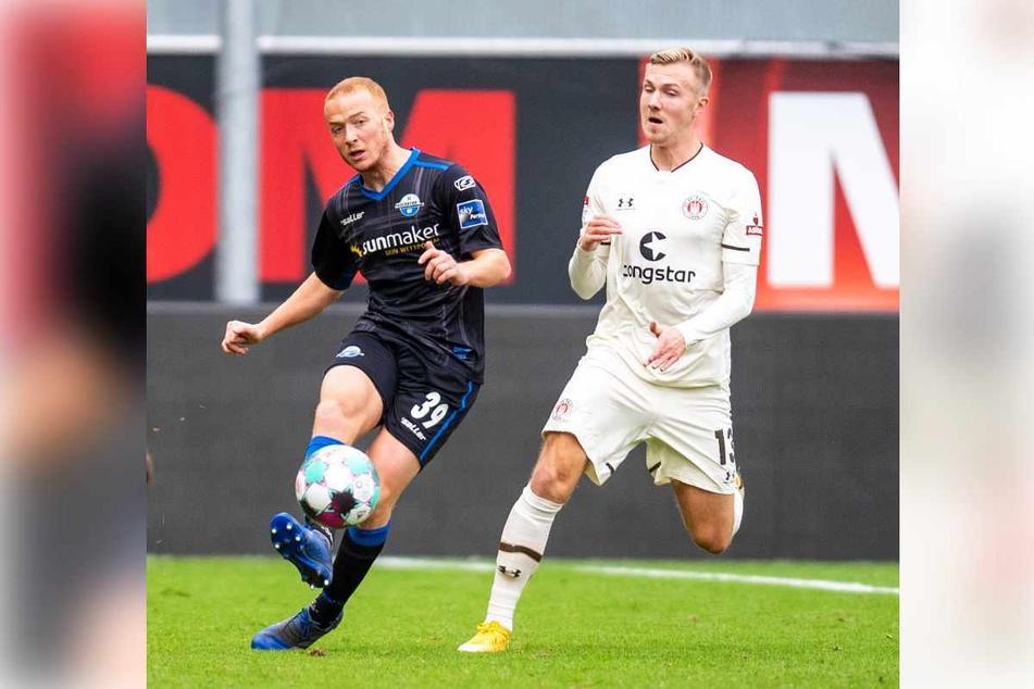 Lukas Daschner (22, rechts), hier im Spiel des FC St. Pauli gegen den SC Paderborn in der vergangenen Saison, verletzte sich am Montag im Training schwer. (Archivbild)