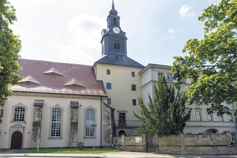 Adelssitz und Kirche sind durch einen Turm verbunden.
