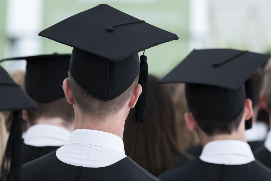 Deutlich weniger Studierende schlossen 2020 die Uni ab. (Symbolbild)