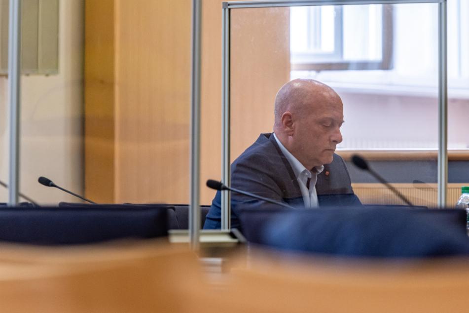 Joachim Wolbergs (49), Ex-Oberbürgermeister von Regensburg, sitzt im Verhandlungssaal des Landgerichts in Regensburg.