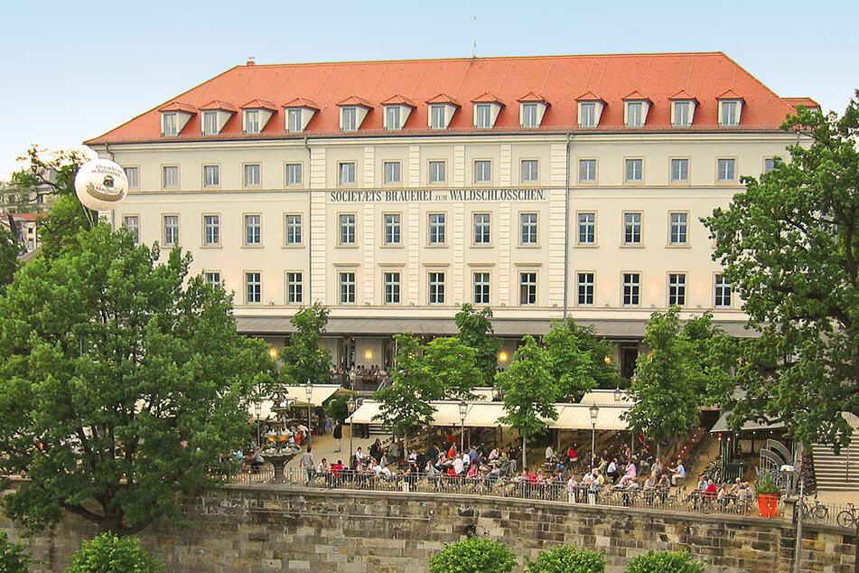 """Wie eine Trutzburg thront das Brauereigebäude über der Elbe und verdeckt den Blick aufs """"echte"""" Waldschlößchen."""