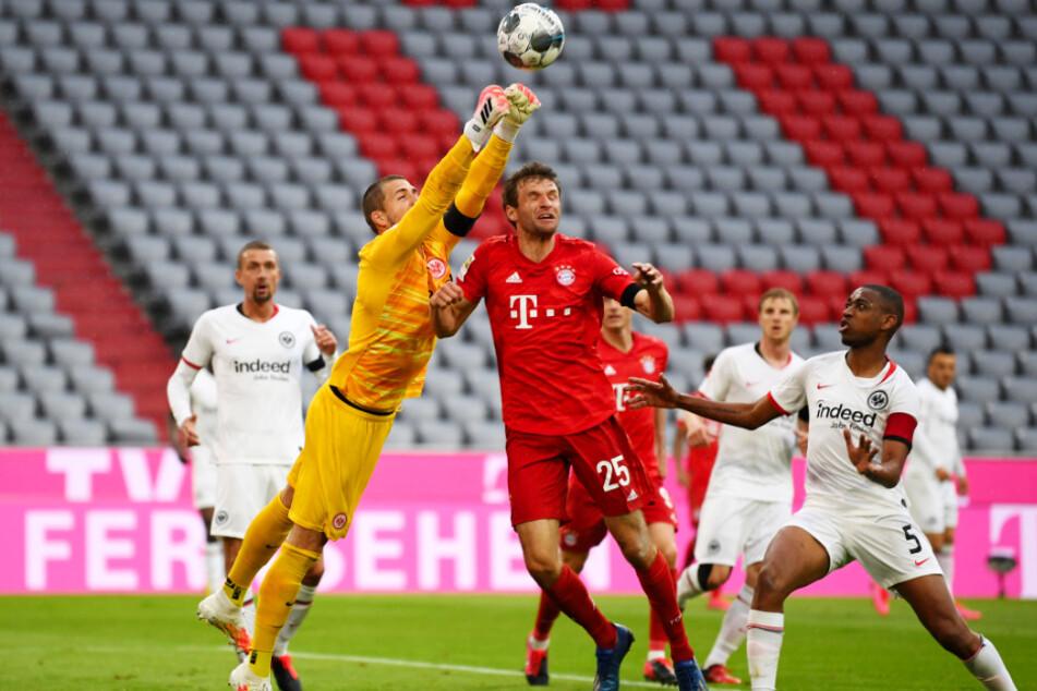 SGE-Keeper Kevin Trapp (vorne-links) stand in Hälfte eins öfter als gewünscht im Mittelpunkt. Hier klärt er vor Bayerns gut aufgelegtem Angreifer Thomas Müller.
