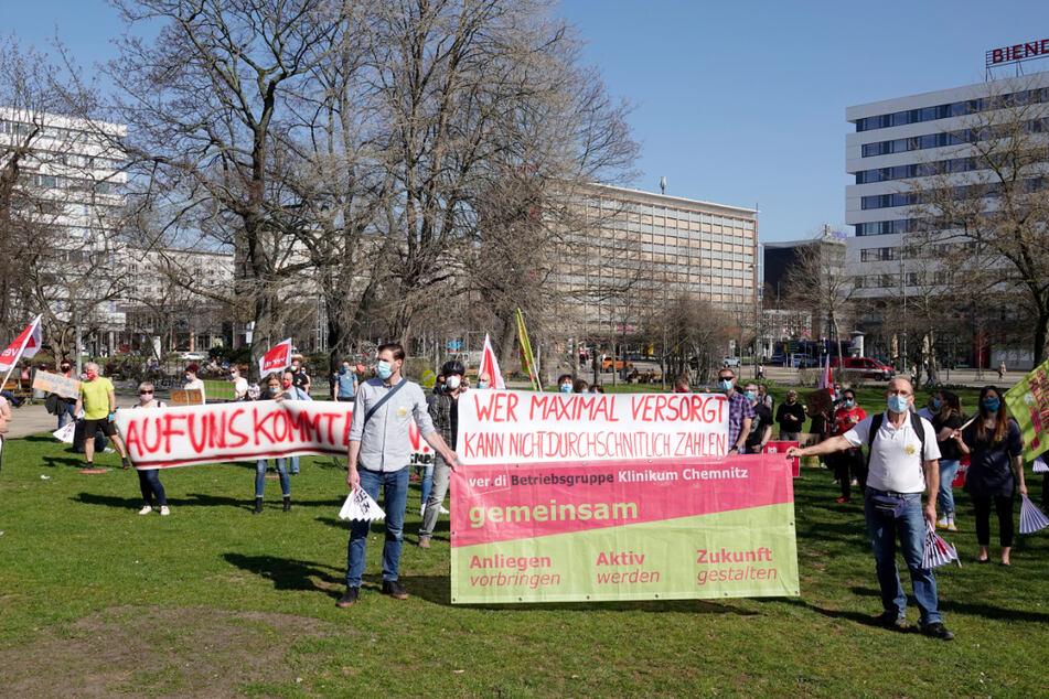 """Mitarbeiter des Klinikums Chemnitz demonstrierten am Mittwochnachmittag unter dem Motto: """"Auf uns kommt es an""""."""