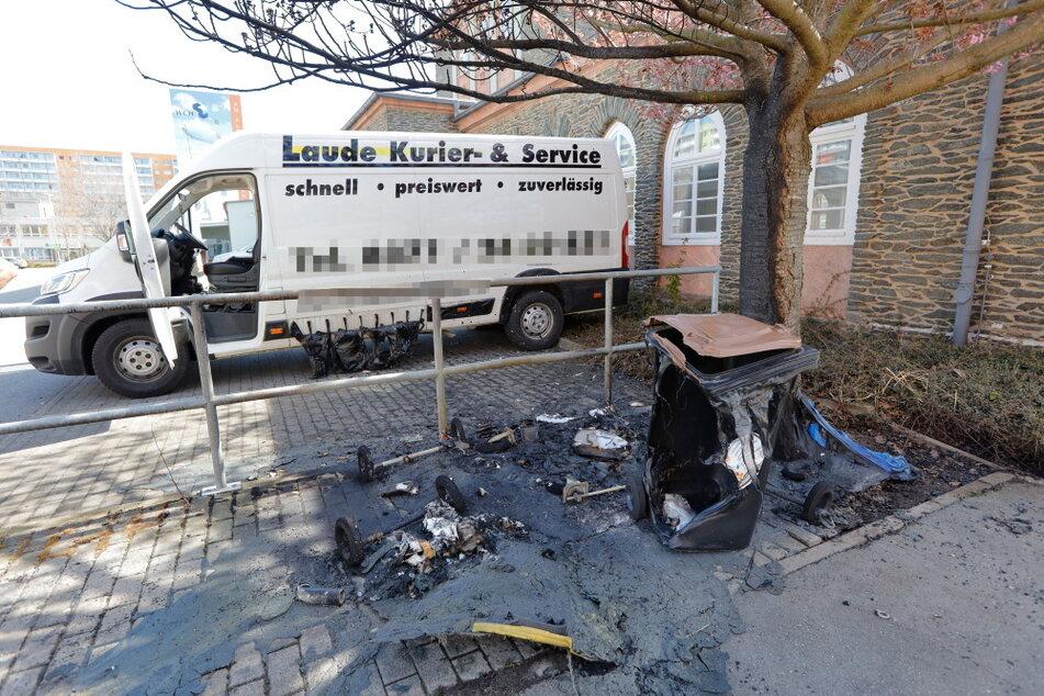Auch in der Dr.-Salvador-Allende-Straße brannten Müllcontainer. Die Flammen beschädigten einen Citroën-Transporter.