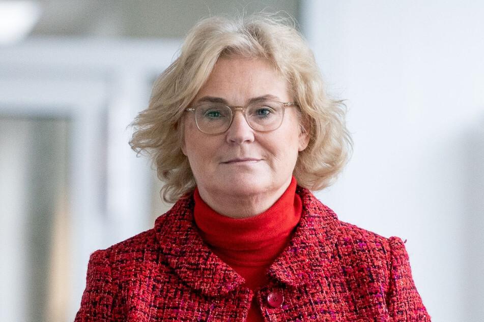 Christine Lambrecht (SPD), Bundesministerin der Justiz und des Verbraucherschutzes, kommt für eine Presseerklärung in ihr Ministerium.