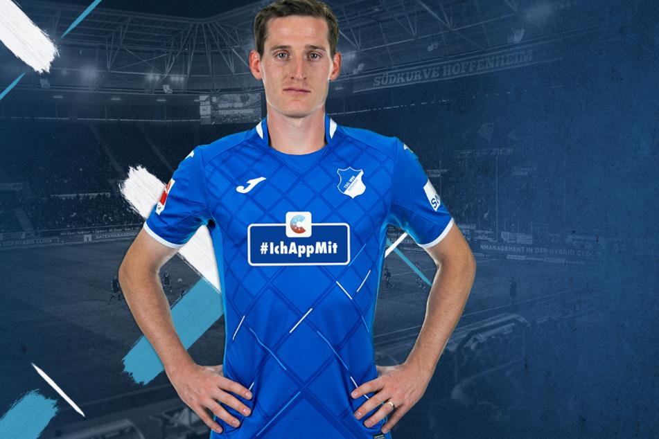 Mittelfeldspieler Sebastian Rudy präsentiert das neue Trikot mit der App-Werbung.