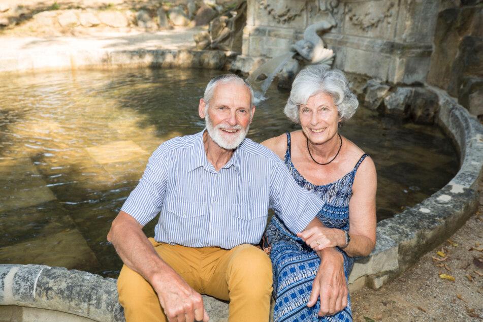 Ohne seinen Bruder würde dieser Brunnen nicht sprudeln: Manfred Gelpke (80) mit Ehefrau Konstanze (69).