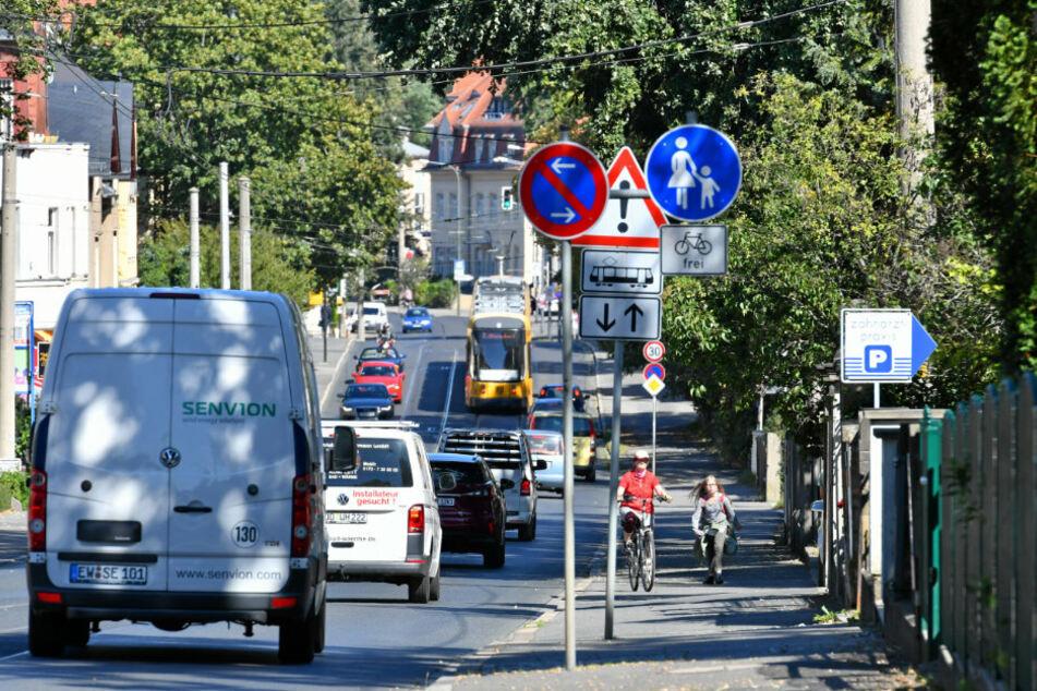Die Königsbrücker Landstraße in Blickrichtung stadtauswärts. Aktuell gibt es keine Radwege, Autos haben jedoch eine eigene Spur.