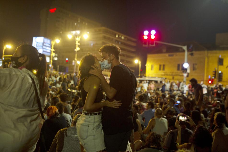 Zwei Demonstranten küssen sich während eines Protests gegen den israelischen Ministerpräsidenten Netanjahu in der Nähe seiner Residenz.